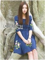 ชุดเดรสเกาหลี พร้อมส่งเดรสผ้าคอตตอนสีน้ำเงินลายทางปักตกแต่งด้วลายดอกไม้