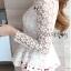 เสื้อผ้าเกาหลี พร้อมส่งเสื้อผ้าลูกไม้สีขาวทรงคอสูงแขนยาวตกแต่งระบาย thumbnail 8