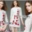 ชุดเดรสเกาหลี พร้อมส่งเดรสผ้าลูกไม้สีขาวปักลายดอกไม้สีแดงตกแต่งชายพู่ thumbnail 2