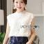 เสื้อผ้าเกาหลี พร้อมส่ง เสื้อลูกไม้สีขาวทรงคอสูง thumbnail 4