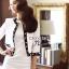 เสื้อผ้าเกาหลี พร้อมส่ง เซ็ตเสื้อคลุมโทนสีขาวตัวสั้นตัดแต่งขอบสีดำ thumbnail 4