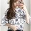 เสื้อผ้าเกาหลีพร้อมส่ง เสื้อผ้าคอตตอนสีขาวฉลุละปักลายดอกไม้สีดำ thumbnail 3