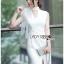 ชุดเดรสเกาหลีพร้อมส่ง เดรสแขนกุดผ้าเครปสีขาวตกแต่งผ้าพันคอทูลเล thumbnail 2