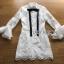 เสื้อผ้าเกาหลี พร้อมส่ง เชิ้ตเดรสผ้าลูกไม้ตกแต่งริบบิ้นสีดำแขนระบาย thumbnail 17