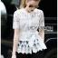 เสื้อผ้าเกาหลี พร้อมส่งเสื้อผ้าลูกไม้สีขาวแขนสามส่วนผูกโบสุดหรู thumbnail 4