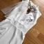 ชุดเดรสเกาหลีพร้อมส่ง เดรสแขนกุดผ้าเครปสีขาวตกแต่งผ้าพันคอทูลเล thumbnail 11