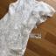 ชุดเดรสแฟชั่น พร้อมส่งเดรสแขนกุดผ้าลูกไม้สีขาวตกแต่งระบายด้านข้าง thumbnail 12