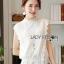 เสื้อผ้าเกาหลี พร้อมส่ง เสื้อลูกไม้สีขาวทรงคอสูง thumbnail 2