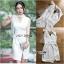 ชุดเดรสเกาหลีพร้อมส่ง เดรสแขนกุดผ้าเครปสีขาวตกแต่งผ้าพันคอทูลเล thumbnail 6
