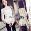 เสื้อผ้าเกาหลี พร้อมส่งเสื้อผ้าลูกไม้สีขาวทรงคอสูงแขนยาวตกแต่งระบาย thumbnail 5