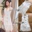 ชุดเดรสเกาหลีพร้อมส่ง เดรสผ้าเครปสีขาวทรงแขนกุดตกแต่งกระดุมและผ้าพลีต thumbnail 5