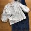 เสื้อผ้าเกาหลี พร้อมส่งเซ็ตเสื้อลูกไม้สีชาวทับด้วยเดรสเดนิมพิมพ์ลาดอกไม้ thumbnail 13