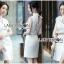 ชุดเดรสเกาหลีพร้อมส่ง เดรสแขนกุดผ้าเครปสีขาวตกแต่งผ้าพันคอทูลเล thumbnail 4