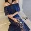 ชุดเดรสเกาหลี พร้อมส่งเดรสเปิดไหล่ผ้าลูกไม้สีน้ำเงินเข้มตกแต่งริบบิ้นสีดำ thumbnail 5