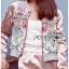 เสื้อผ้าเกาหลี พร้อมส่งบอมเบอร์แจ๊กเก็ตผ้าซาตินสีชมพูปักลายดอกไม้สไตล์สตรีท thumbnail 3