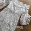ชุดเดรสเกาหลี พร้อมส่ง เดรสผ้าลูกไม้สีขาวทรงเปิดไหล่ตกแต่งริบบิ้น thumbnail 16