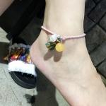 สร้อยข้อเท้า เชือกประดับภู่สีรุ้ง ติดสองไข่มุกขาวเหลือง