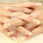 เล็บปลอมแฟชั่นประดับดอกไม้ติดเพชรสไตล์เกาหลีสีครีม (Pink nail) กล่องละ24ชิ้น (พร้อมกาวอย่างดี1หลอด)