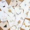 ไอเดียสำหรับการพิมพ์ ป้ายกระดาษ // สไตล์การออกแบบแบบเรียบๆ ตกแต่งด้วยชื่อร้านดูสะอาดเรียบหรูอย่างดี ป้ายกระดาษใช้สำหรับ ห้อยแขวนสินค้า ห้อยแขวนของขวัญ ป้ายเสื้อ