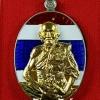 เหรียญเจ้าสัวแสนล้าน ไตรมาส ๙ รอบ หลวงปู่แสน วัดบ้านหนองจิก เนื้ออัลปาก้าลงยาธงชาติหน้ากากทองคำ