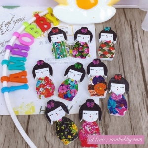 กระดุมไม้ตุ๊กตาญี่ปุ่นคละลาย 3 x 1.5cm. (10 ชิ้น)