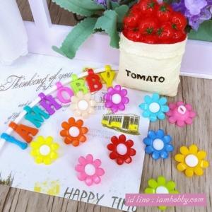 กระดุมพลาสติกรูปดอกไม้ 15 mm คละสี (20 ชิ้น)