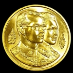 เหรียญในหลวงพระราชินี ที่ระลึกพระมหาธาตุเจดีย์ เนื้อทองคำ มหามงคล 60 พรรษา ปี ๒๕๓๕ กองทัพอากาศ จัดสร้าง น้ำหนักทอง 2 บาทครับ หายากมาก
