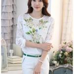 [พร้อมส่ง]เสื้อไสตล์เกาหลี ดีเทลผ้าพื้นสีขาวพิมพ์ลายดอกไม้ ต่อแขนเสื้อผ้าลูกไม้ เพิ่มรายละเอียดด้วยคริสตัลและลูกปัดที่ลายดอก งานละเอียด ตัดเย็บเรียบร้อย