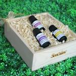 SenOdos ชุดของขวัญ ชุดกิ๊ฟเซ็ท น้ำมันหอมระเหย น้ำมันหอมอโรม่า Floral Fasinate Set Essential Oil 10ml X 3กลิ่น (กลิ่นลาเวนเดอร์ ,กลิ่นเจอร์เรเนียม, กลิ่นกระดังงา) บรรจุในกล่องไม้สน รูปทรงเหลี่ยม สวยงาม คุณภาพดี นำเข้าจากนิวซีแลนด์