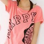 เสื้อยืดสีชมพูสกรีนคำว่า HAPPY จั๊มปลายแขนและชายเสื้อเล็กน้อย