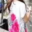 เสื้อแฟชั่น เสื้อสีขาว แต่งรูปดอกสีชมพู ทั้งหน้า-หลัง thumbnail 2