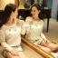 [พร้อมส่ง] เสื้อผ้าลูกไม้สีขาวเนื้อดี ซับในในตัว รอบอกประดับด้วยคริสตัลสวยเก๋ ใส่ได้หลายโอกาส A221 thumbnail 4