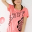 เสื้อยืดสีชมพูสกรีนคำว่า HAPPY จั๊มปลายแขนและชายเสื้อเล็กน้อย thumbnail 4
