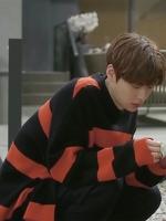เสื้อแขนยาวสีดำส้ม คังฮยอนมิน Cinderella and Four Knights ลายขวาง