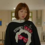 เสื้อกันหนาวแขนยาวสีดำ คิมบ๊กจู แต่งพิมพ์ลายด้านหน้า