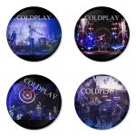 ของที่ระลึกวง Coldplay เลือกด้านหลังได้ 4 แบบ เข็มกลัด, แม่เหล็ก, กระจกพกพา หรือ พวงกุญแจที่เปิดขวด 1 แพ็ค 4 ชิ้น [6]
