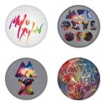ของที่ระลึกวง Coldplay เลือกด้านหลังได้ 4 แบบ เข็มกลัด, แม่เหล็ก, กระจกพกพา หรือ พวงกุญแจที่เปิดขวด 1 แพ็ค 4 ชิ้น [2]
