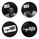 ของที่ระลึกวง Arctic Monkeys เลือกด้านหลังได้ 4 แบบ เข็มกลัด, แม่เหล็ก, กระจกพกพา หรือ พวงกุญแจที่เปิดขวด 1 แพ็ค 4 ชิ้น [3]