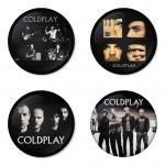 ของที่ระลึกวง Coldplay เลือกด้านหลังได้ 4 แบบ เข็มกลัด, แม่เหล็ก, กระจกพกพา หรือ พวงกุญแจที่เปิดขวด 1 แพ็ค 4 ชิ้น [16]