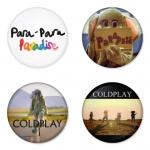 ของที่ระลึกวง Coldplay เลือกด้านหลังได้ 4 แบบ เข็มกลัด, แม่เหล็ก, กระจกพกพา หรือ พวงกุญแจที่เปิดขวด 1 แพ็ค 4 ชิ้น [7]