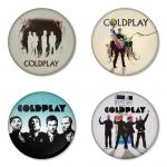 ของที่ระลึกวง Coldplay เลือกด้านหลังได้ 4 แบบ เข็มกลัด, แม่เหล็ก, กระจกพกพา หรือ พวงกุญแจที่เปิดขวด 1 แพ็ค 4 ชิ้น [13]