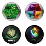 ของที่ระลึกวง Muse เลือกด้านหลังได้ 4 แบบ เข็มกลัด, แม่เหล็ก, กระจกพกพา หรือ พวงกุญแจที่เปิดขวด 1 แพ็ค 4 ชิ้น [10]