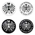 ของที่ระลึกวง Die Toten Hosen เลือกด้านหลังได้ 4 แบบ เข็มกลัด, แม่เหล็ก, กระจกพกพา หรือ พวงกุญแจที่เปิดขวด 1 แพ็ค 4 ชิ้น [7]
