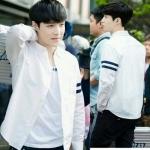 เสื้อเชิ้ตแขนยาวสีขาว EXO แต่งแถบเส้นแขนเสื้อ