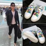 รองเท้าผ้าใบสีขาว ซง จุง-กิ แต่งเชือกผูกสีสันสดใส