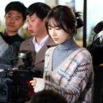เสื้อไหมพรมเกาหลี สีเบจ โนอึล Uncontrollably แต่งลาย