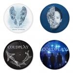 ของที่ระลึกวง Coldplay เลือกด้านหลังได้ 4 แบบ เข็มกลัด, แม่เหล็ก, กระจกพกพา หรือ พวงกุญแจที่เปิดขวด 1 แพ็ค 4 ชิ้น [5]