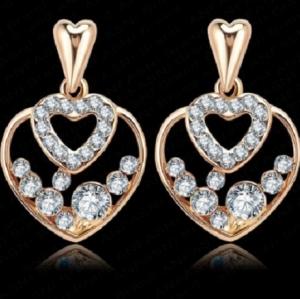 ต่างหูรูปหัวใจ 18k Gold Plated สองดวงซ้อนกันประดับด้วยคริสตัลสีขาวอันงดงาม ขนาด1.5CM*2.3CM.
