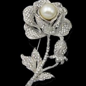 เข็มกลัดเสื้้อสไตล์โรแมนติกดอกกุหลาบเงินประดับด้วยคริสตัลจากออสเตเรียงดงามมาก ขนาด4.0*7.5CM น้ำหนักโดยประมาณ3.2กรัม
