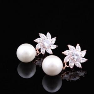 ต่างหูสวยงาม18K Rose Goldเพิ่มความหรูหราด้วยดอกไม้จากCZ Diamond และไข่มุก ขนาดความยาวรวม 3CM.